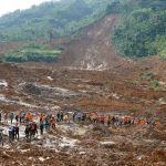 A rescue team remove victims' bodies after a landslide triggered by torrential downpours at Jemblung village in Banjarnegara, Central Java province on December 13, 2014 ©Himawan (AFP)