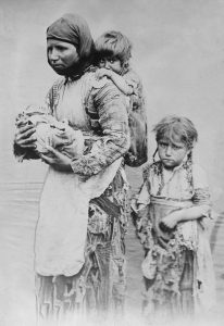 Armenian_woman_and_her_children_from_Geghi,_1899_(edit)