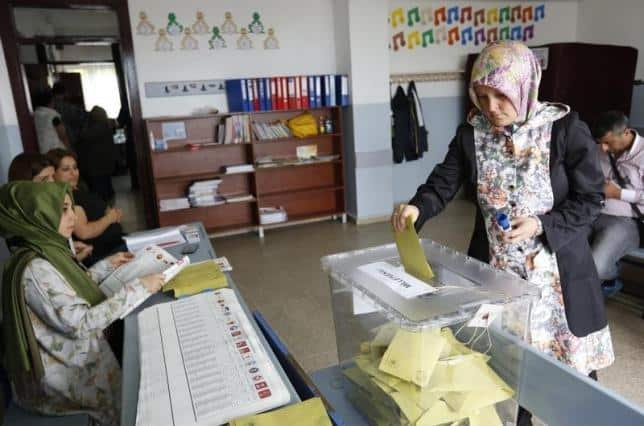 A woman casts her ballot at a polling station during the parliamentary election in Istanbul, Turkey, June 7, 2015. REUTERS/MURAD SEZER